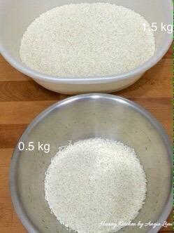 A continuación, lavar el arroz glutinoso hasta que el agua salga clara. Divida el arroz en 2 porciones.