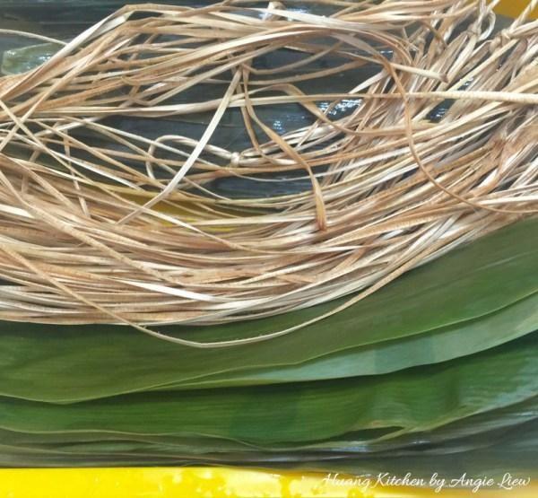Siguiente preparar las hojas de bambú por primera hervirlos durante 5 a 10 minutos. Luego enjuague suavemente con agua y dejar en remojo durante la noche, junto con las cadenas de bambú.