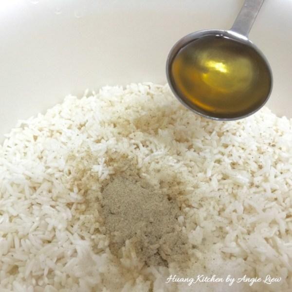 Al día siguiente, después de que el arroz glutinoso se ha empapado, se escurre bien y sazonar con sal, pimienta blanca, msg y aceite de manteca de cerdo. Mezclar bien.