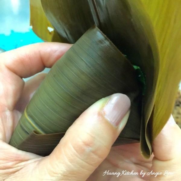 Doble la hoja a cubrir la parte superior por completo y presione hacia abajo para cubrir parcialmente los lados.