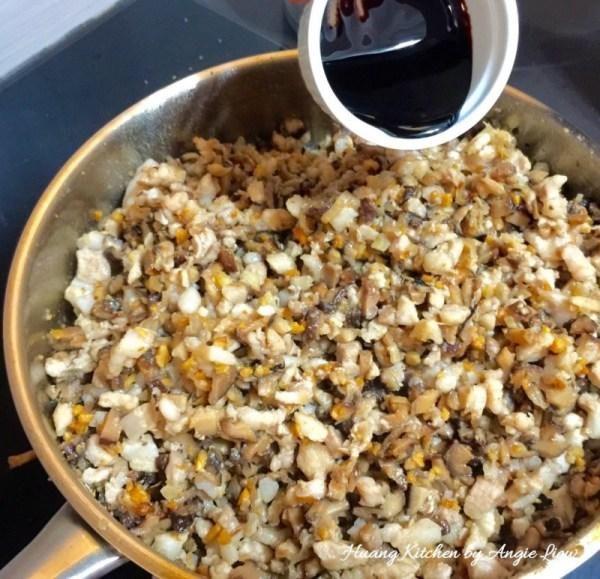 A continuación, agregue la manteca de cerdo picada y salsa de soja oscura. Revuelva para mezclar uniformemente todos los ingredientes.