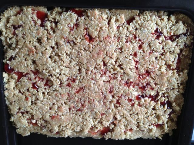 Ponga la mezcla restante en la parte superior de la mermelada y aplanar. Caliente el horno a gas marca Pre 4 durante 5 minutos y luego puso la bandeja en el estante del medio de 12 minutos o hasta que la superficie esté dorada