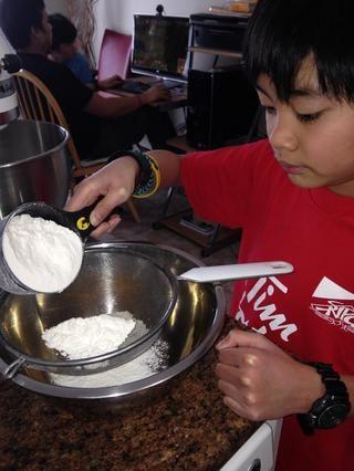 Tamizar la harina, el bicarbonato y la sal 3 veces, deje a un lado