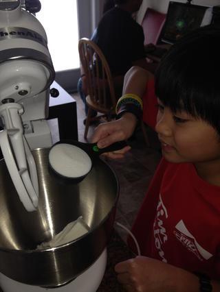 Crema de manteca y el azúcar en un mezclador durante 10 minutos