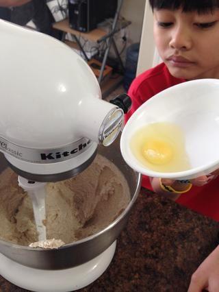 Agregar el extracto de huevo y la vainilla
