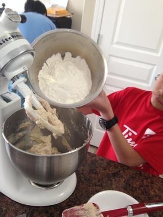 Añadir los ingredientes secos (harina, polvo de hornear, bicarbonato de sodio y sal) a baja velocidad