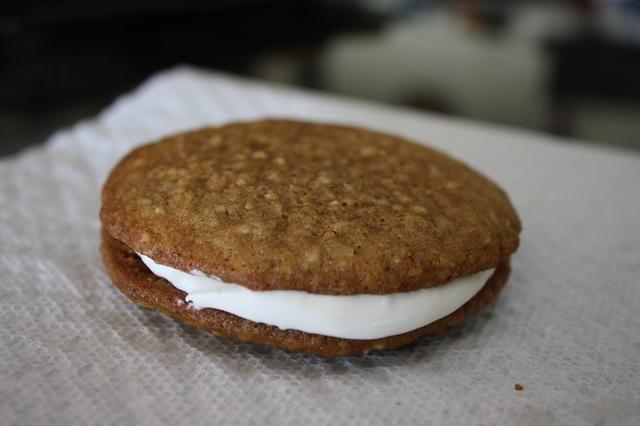 Una vez que las galletas se hayan enfriado, tire de la crema fría y colocar una cucharada entre cada conjunto de cookies. Presione ligeramente para lo extendió. ¡Disfrutar!