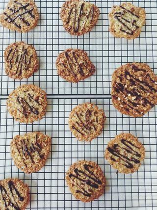 La cookie más grande aquí es la primera que se utiliza con una medida cucharada, los más pequeños son de galletas más regular tamaño. Ambos igualmente delicioso!