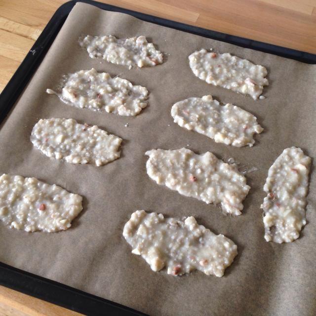 Lo extendió sobre una bandeja para hornear con papel encerado sobre. También puede espolvorear con un poco más de sal, especias, o queso parmasan