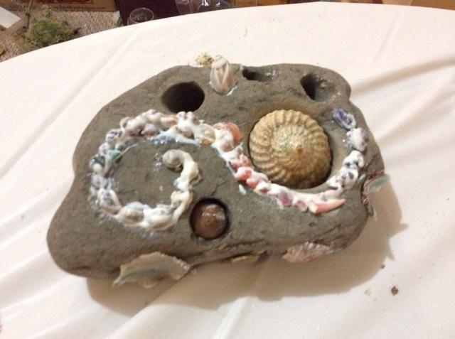 Luego cubrir todos los depósitos con una segunda capa de pegamento modge podge para solidificar espera y añadir brillo. Pegamento conchas grandes calientes de roca y luego cubrirlas con decoupage también.