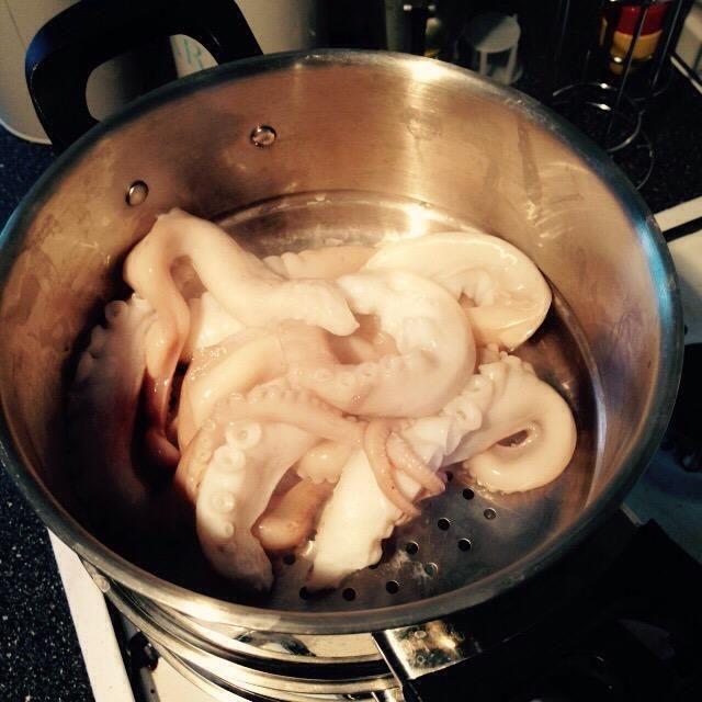 Una vez que las papas estén cocidas, les deje enfriar. Cocer el pulpo en el vapor nivel. Compruébelo usted mismo con un tenedor después de 30-40 minutos. Debe ser suave y no duro.