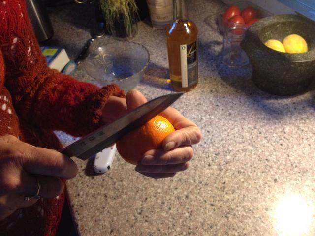 Corte a través de la piel de todo el camino alrededor de la mandarina.