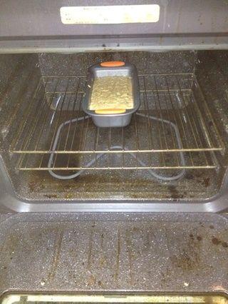 Coloque la bandeja en el centro del horno vertical como esto. Al parecer tengo que limpiar la mía. ¡Huy!