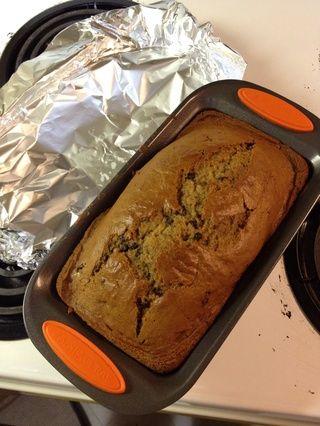 Después de los diez minutos, toma el pan y descubrir a comprobar para ver si se hace!