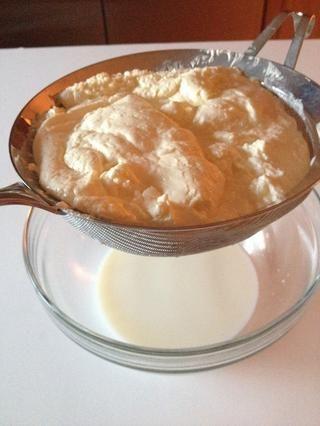 Aquí está un primer plano de la mantequilla en la parte superior y el suero de leche esfuerzo en la parte inferior.