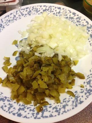 Picar las cebollas y pepinillos dulces.