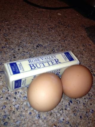 Su mantequilla, pero'll need a one stick plus another half of a stick too. The two organic eggs from my hens ��