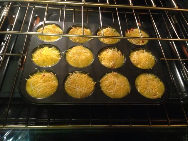 Reduzca la temperatura del horno a 350 ° y hornear por 20 minutos o hasta que el huevo es cooked.