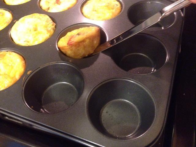 Las tortillas deben salirse de moldes para muffins fácilmente utilizando un cuchillo de mantequilla.