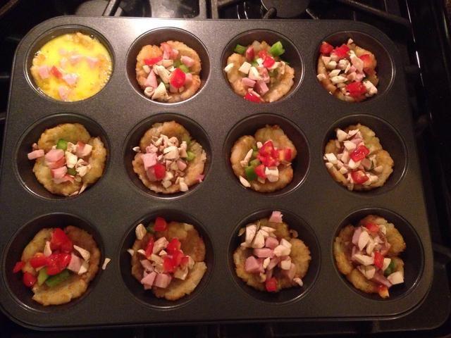 Añade tus ingredientes favoritos para cada molde para muffins y verter la mezcla de huevo en cada uno Muffin así a casi casi la cima.