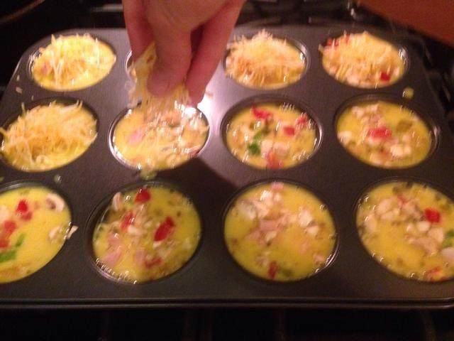 Espolvorear la parte superior de cada uno con el queso rallado favorito.