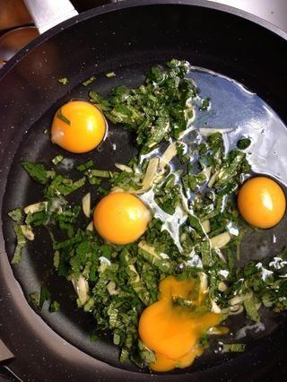 Ponga las 6 claras de huevo y las 4 yemas de huevo en la sartén, y El aguacate cortado en cubitos. Y sólo ahora lo pones en el fuego.