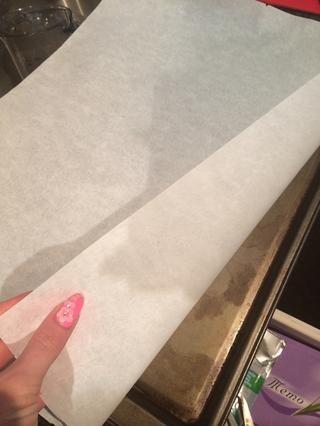 Forre un molde para hornear con papel pergamino