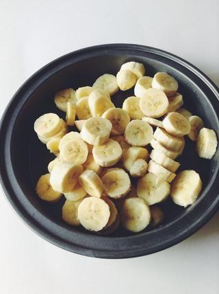 Ahora tome sus plátanos y ponerlos en una bandeja, cuenco, o lo que solía, un molde para pasteles. Cubra con papel plástico y poner en el congelador durante 2 horas si hacer la receta 1 ingrediente, o 1 hora para la receta 3 ingredientes.