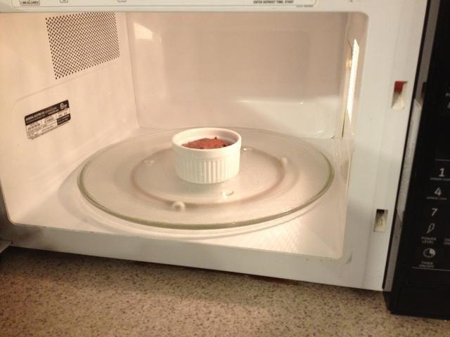 Póngalo en el horno de microondas durante 1 minuto. Dependiendo de su horno de microondas puede tomar más tiempo para cocinar. Usted puede experimentar y decidir.