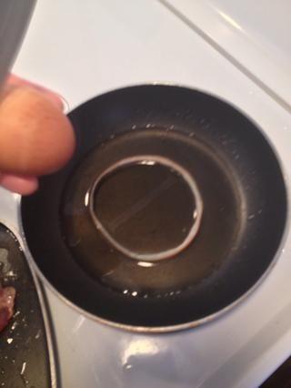 Ponga la rebanada de cebolla en la sartén