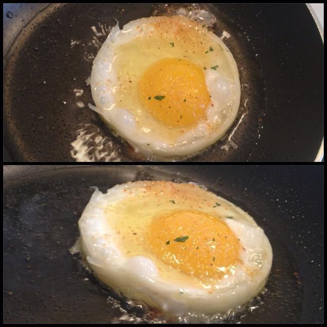 Poner en el huevo en el centro de la cebolla. (si lo se,