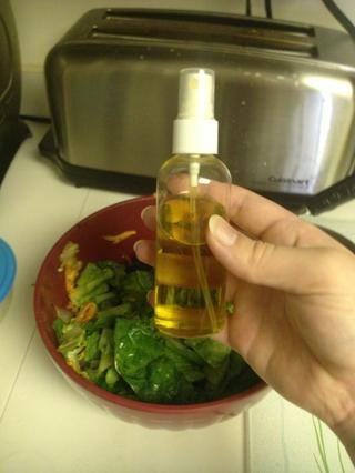 He añadido de un chorrito de aceite de oliva. Nota al margen, estas botellas de chorro son increíbles para el petróleo. Tengo éste de Dollarama. Revuelva más.
