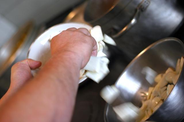 Derretir los cippolinis en mantequilla en una cacerola mediana con 1/2 cucharadas de sal.