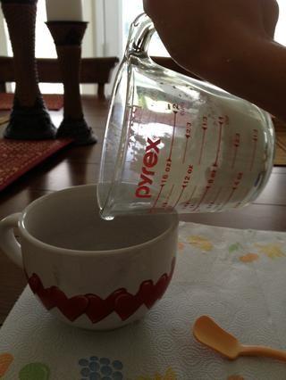 Vierta la taza de fécula de maíz en un tazón