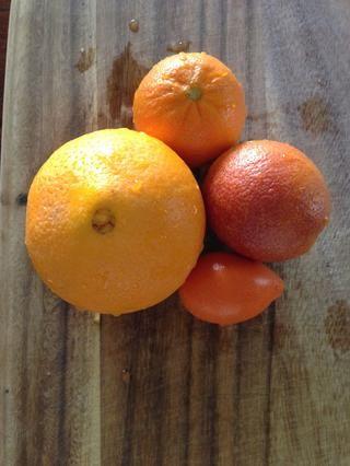 Lavar las naranjas con un cepillo. Ello's always a good idea to wash fruits even if you are discarding the peel. Pictured: Cara Cara, mandarin-quat, Moro blood orange, and mandarin.