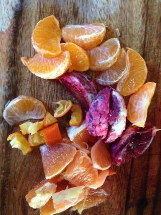 Peel, la semilla y el segmento de las naranjas. Cortar trozos más grandes en trozos pequeños. Las naranjas de sangre y mandarinas son suficientes por lo general pequeñas.