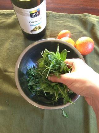 Cubra las verduras con aceite de oliva. Si está disponible, utilice un cítricos sabor del aceite de oliva. Añadir sal y pimienta. Acabo de utilizar las manos para cubrir.