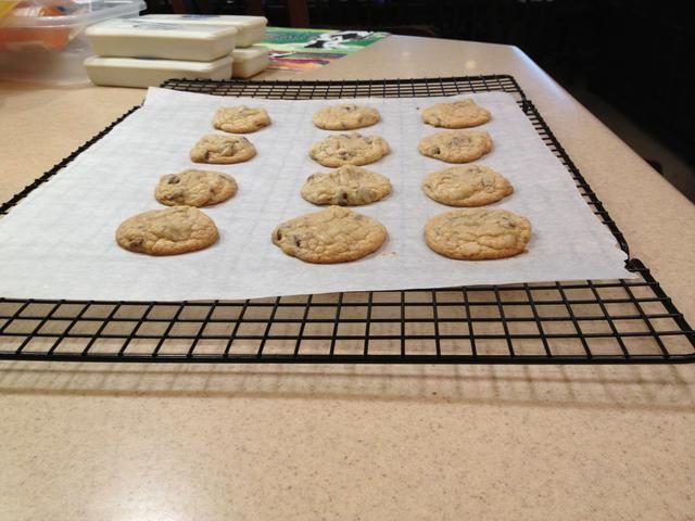 Hornear durante 9 a 11 minutos. Deje enfriar las galletas en la bandeja de horno por unos minutos y luego transferir a una rejilla.