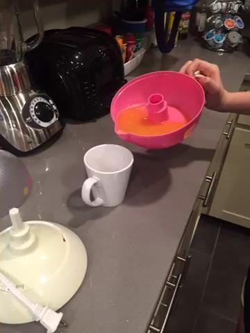 Vierta todo su jugo en su taza, como se muestra en el video. ??????
