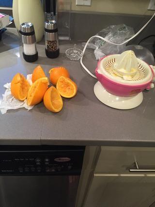 He terminado de extraer el jugo todas las naranjas. Deberías haber conseguido la mayoría del jugo. ????????????