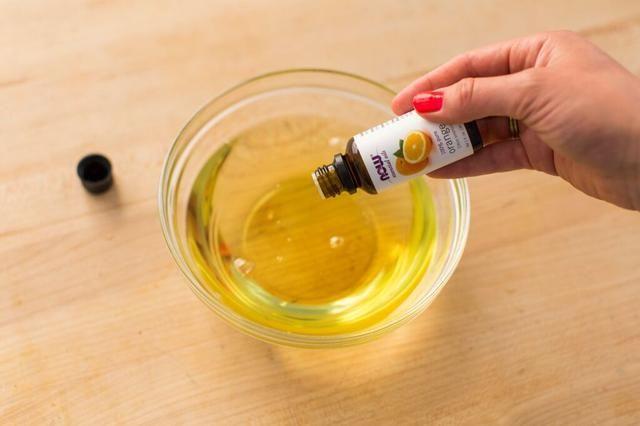 Añadir en los 20-25 gotas de aceite esencial de naranja.