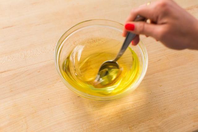 Agitar la mezcla. Luego, coloque el recipiente en la nevera durante 30-60 minutos hasta que la mezcla se ha formado una consistencia espesa.