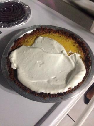 Para el merengue: batir claras de huevo hasta que estén espumosas, agregue 1 cucharada de azúcar, mientras que la mezcla y 1 cucharadita de cáscara de naranja rallada. Extendió sobre el pastel, poner el horno para asar. Devolverlo al horno durante 1 minuto.