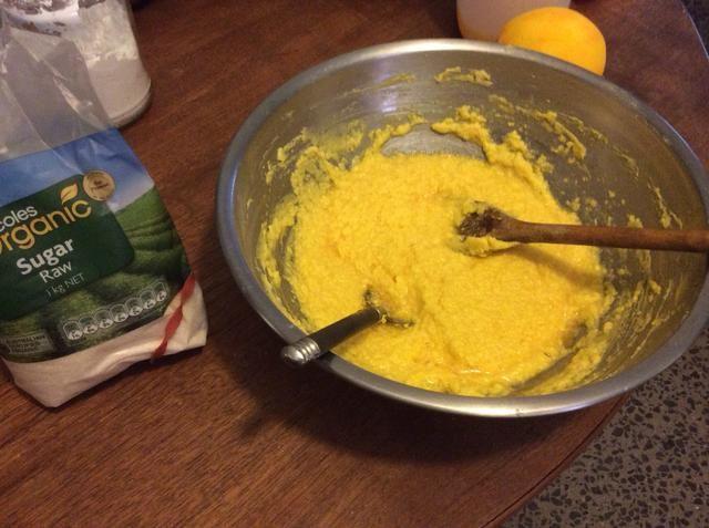Añadir los huevos uno a uno mezclado después de cada una.