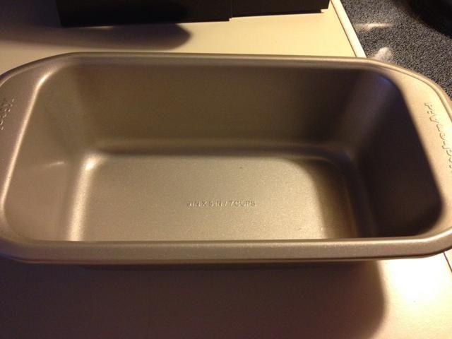 Engrase el molde para pan y encienda el horno a 350 antes de mezclar el mojado y los ingredientes secos.