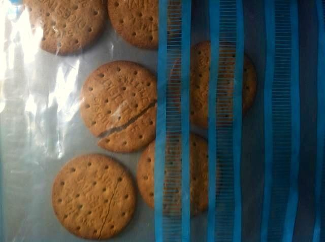 Ahora ponga las galletas digestivas en otra bolsa con cierre