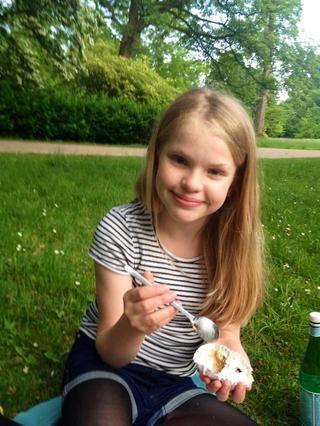Yo en un jardín en Copenhague. Muchas gracias por los 100 seguidores, y muchos gustos! Ustedes me haces tan feliz