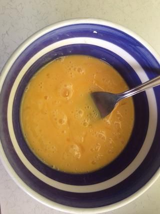 Romper los huevos en un tazón pequeño y batir juntos. Añadir los huevos batidos con la mantequilla y el azúcar se mezcla un poco a la vez y mezclar bien.