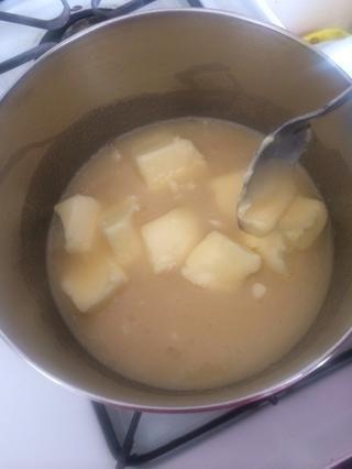 En una cacerola grande, mezcle el azúcar, la mantequilla y la leche evaporada juntos.