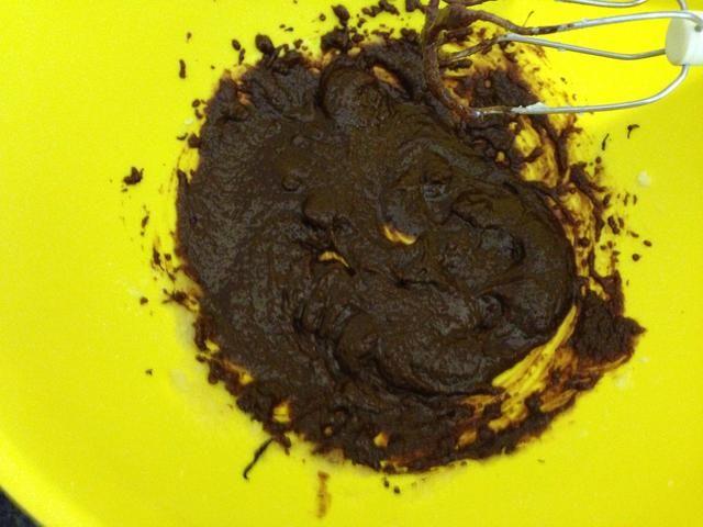 Añadir el chocolate derretido y mezclar toghther